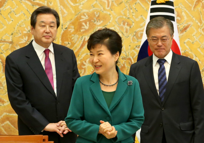 President Park Geun-hye greets Saenuri Party leader Kim Moo-sung (left) and New Politics Alliance for Democracy leader Moon Jae-in at Cheong Wa Dae on Thursday. Yonhap