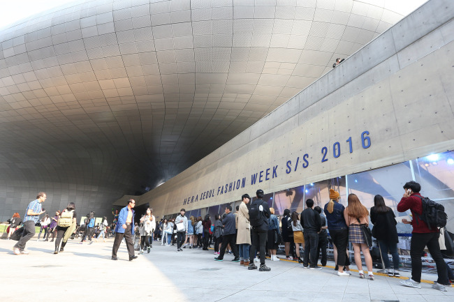Seoul Fashion Week for spring-summer 2016 was held from Oct.16-21 at Dongdaemun Design Plaza in Seoul. (Yonhap)