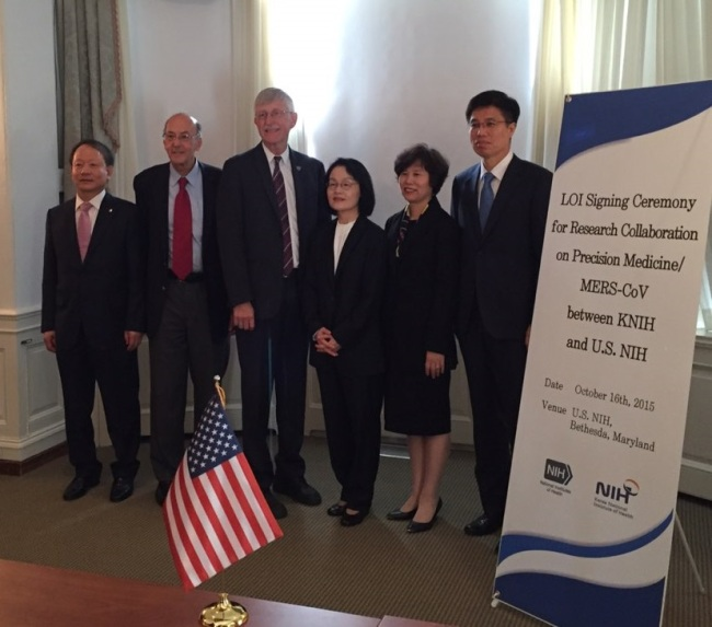 Officials from Ministry of Health & Welfare, KNIH, U.S. NIH, and NCC pose after signing a letter of intention to cooperate in precision medicine research in Washington last week. (NCC)