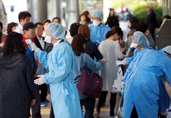 Officials take the temperature of hospital-goers at Samsung Medical Center in Seoul on Oct. 13 after one of the patients recovered from MERS was diagnosed again. Yonhap