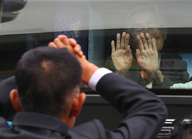 Separated familities bid farewell as South Korean members leave for home at the end of their reunions in Mount Geumgangsan Monday. (Yonhap)