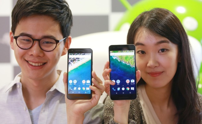 The Korean government research shows that, as of last year, 29 percent of all teenagers were at risk of smartphone addiction in South Korea. (Yonhap)