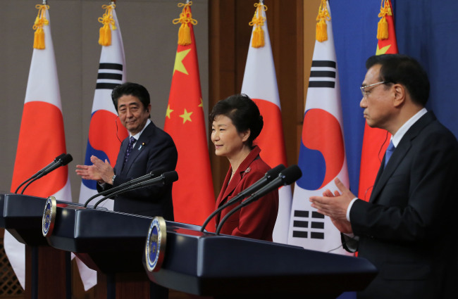 Korean President Park Geun-hye, Japanese Prime Minister Shinzo Abe (left) and Chinese Premier Li Keqiang hold a joint press conference after their summit at Cheong Wa Dae on Sunday. (Yonhap)