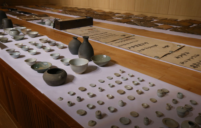 Looted artifacts seized by police in a recent investigation are on display at a police briefing Wednesday at the Gyeonggi Provincial Police Agency. (Yonhap)