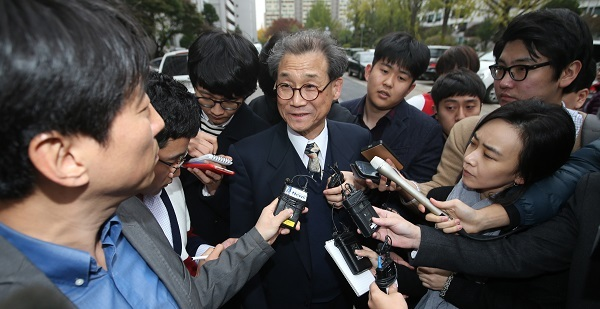 Professor Choi Mong-lyong is surrounded by the press as he heads to his home in Yeouido, Friday. (Yonhap)