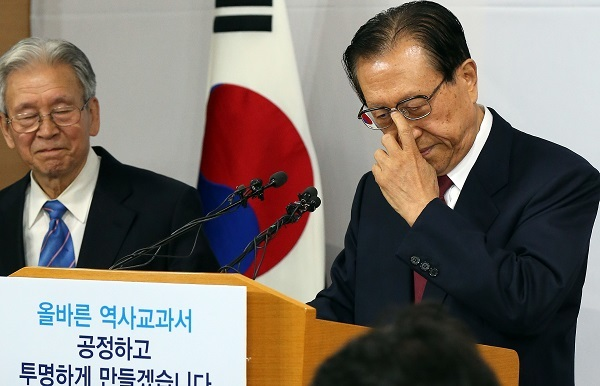 National Institute of Korean History president Kim Jung-bae (right) reacts to a question during a press conference on the government's plans for its history textbook publication at the government complex in Seoul on Wednesday. (Yonhap)