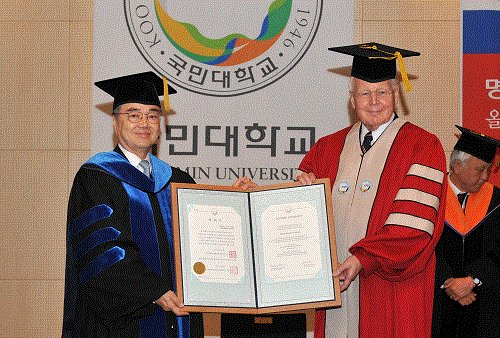 Kookmin University president Yu Ji-soo (left) and President of Iceland Olafur Ragnar Grimsson attend a ceremony presenting an honorary doctorate in Seoul, Monday. (Kookmin University)