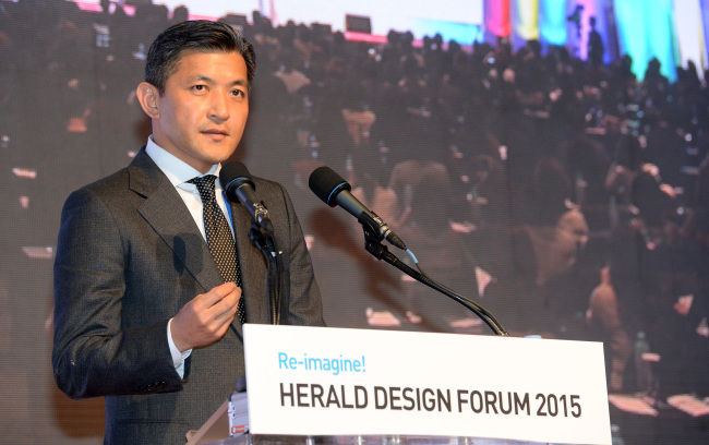 Herald Corp. Chairman Jungwook Hong addresses the audience during the opening ceremony of theHerald Design Forum 2015 at the Grand HyattSeoul on Tuesday. (Ahn Hoon/The Korea Herald)