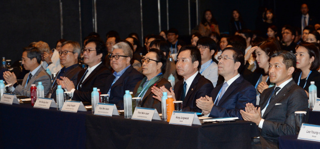 Herald Corp. Chairman Jungwook Hong (right), Seoul Mayor Park Won-soon (second from right), Vice Culture Minister Park Min-kwon (third from right) and other dignitaries attend the Herald Design Forum 2015 in Seoul on Tuesday. (Ahn Hoon/The Korea Herald)