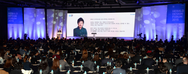 A contratulatory letter from President Park Geun-hye is displayed on the screen at the Herald Design Forum in Seoul on Tuesday. (Park Hyun-koo/The Korea Herald)