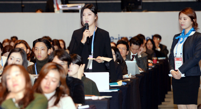 An audience member asks questions to speakers at the Herald Design Forum 2015 held at the Grand Hyatt Seoul on Tuesday. (Park Hyun-koo/The Korea Herald)