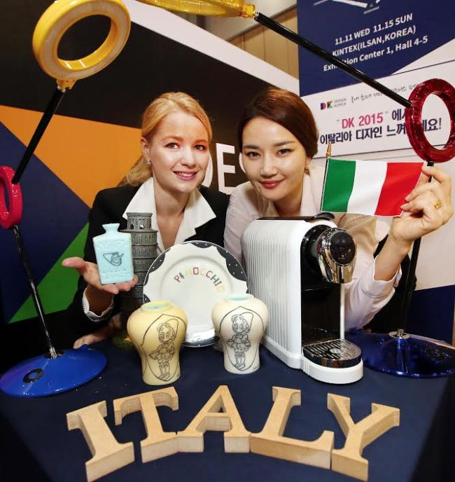 People pose at the Italian design booth at the DK2015 held at KINTEX in Ilsan, Gyeonggi Province, on Wednesday.