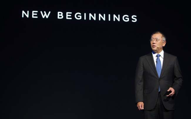 Hyundai Motor vice chairman Chung Eui-sun makes a presentation on the vision of Genesis, the firm's new luxury brand, in Seoul on Nov. 4. Yonhap