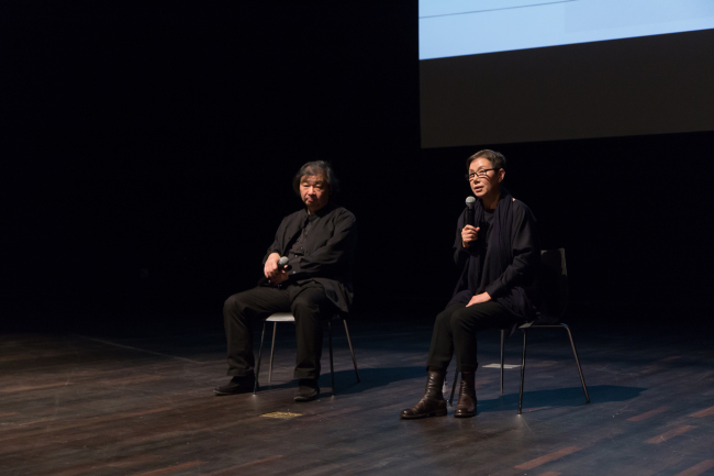 """Shigeru Ban (left) and Choi Jae-eun discusses her """"Dreaming of Earth"""" project at the Global Network Forum at the MMCA in Seoul on Nov. 8. (MMCA)"""
