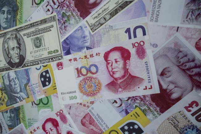 An advertisement poster promoting China`s renminbi or yuan , U.S. dollar and Euro exchange services is seen outside at foreign exchange store in Hong Kong, China in this August 13, 2015 file photo. Reuters-Yonhap News