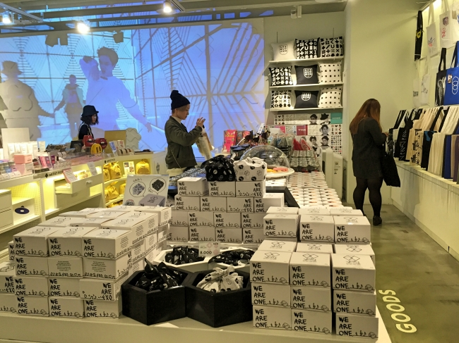 "Customers browse the merchandise at SMTOWN@coexartium's ""SUM"" celebrity shop. (Julie Jackson/The Korea Herald)"