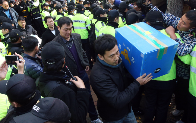 Police officers seize evidence from the office of the Korean Confederation of Trade Unions in Seoul on Saturday. Yonhap