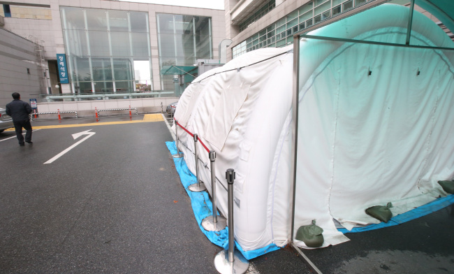 A Seoul-based hospital`s separate, temporary clinic for potential MERS patients is now left unused. Yonhap