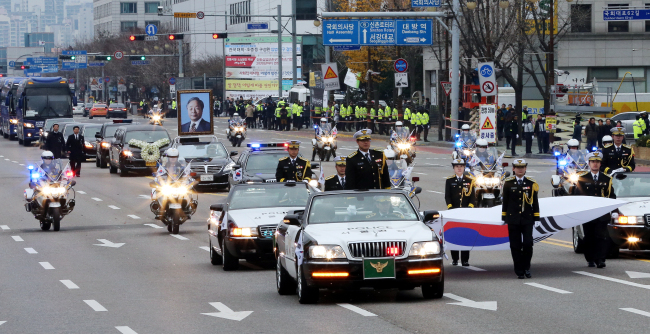 A motorcade carrying the coffin of late President Kim Young-sam heads to his residence in Sangdo-dong, after a state funeral held at National Assembly on Thursday. (Yonhap)