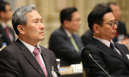 Kim Kwan-jin (left, front), chief of Cheong Wa Dae`s National Security Office, attends a meeting of the presidential committee on unification preparation on Nov. 5. (Yonhap)
