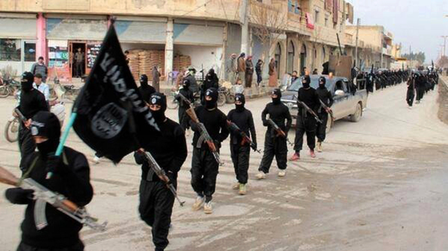 This undated file image posted on a militant website on Jan. 14 shows fighters from the al-Qaida linked Islamic State of Iraq and the Levant (ISIL) marching in Raqqa, Syria. (AP-Yonhap)