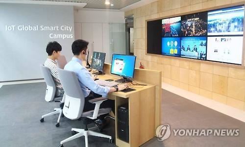 Busan city government staffers work at a smart search center for missing children in the Haeundae district, Busan. (Yonhap)