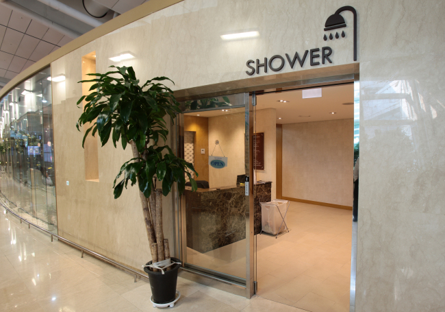 Free shower facilities are located on the fourth floor of the passenger terminal. (Incheon Airport)