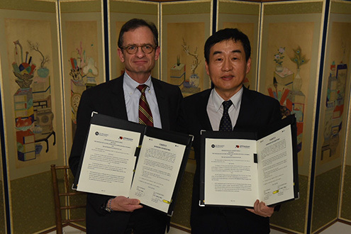 Thomas Campbell, director and CEO of the Metropolitan Museum of Art (left), and Oh Seung-je, director of the Korean Cultural Service of New York, pose for a photo after signing a memorandum of understanding between the Met and the Ministry of Culture, Sports and Tourism of Korea on Dec. 10 in New York. (The Metropolitan Museum of Art)
