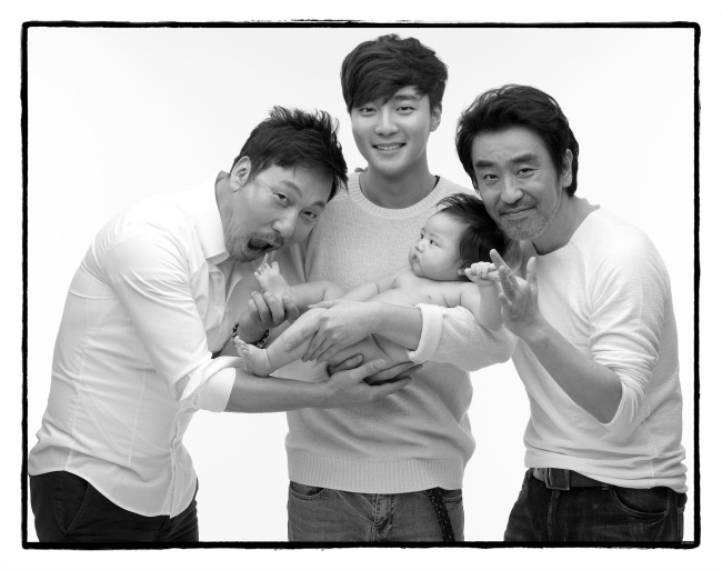(From left) Singer Lee Moon-se, Roy Kim and actor Ryu Seung-ryong pose with a baby. (Photo by Cho Seihon)