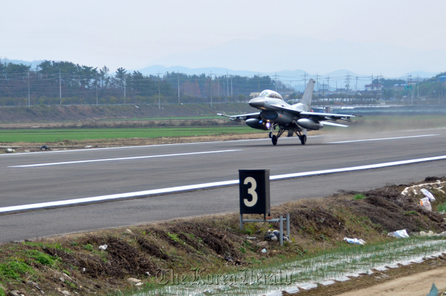 A KF-16 fighter jet takes off during a takeoff and landing exercise on Dec.1 in Changnyeong County, South Gyeongsang Province. (Air Force)