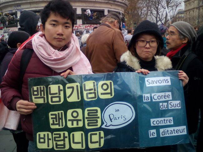 Lee Ye-da (left) participates in a rally protesting against the South Korean government in France. (Lee Ye-da)
