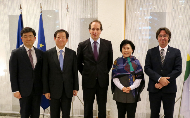 From left: Yoo Dae-jong, director general for international organizations at the Ministry of Foreign Affairs; Seoul National University president Sung Nak-in; French Ambassador Fabien Penone; Corea Image Communications Institute president Choi Jung-wha; and Eric Normand Thibeault, the International Organization of the Francophonie for Asia and Pacific regional representative. (French Embassy)