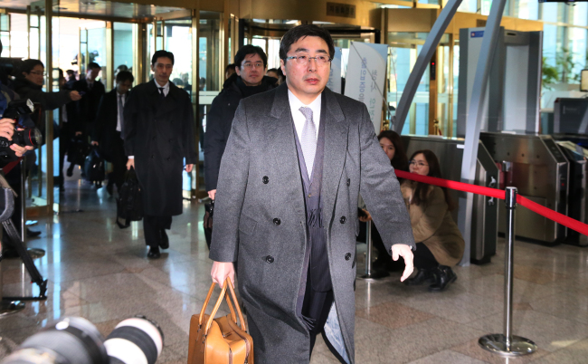 Japese Foreign Ministry`s Director-General of the Asian and Oceanian Affairs Bureau Kimihiro Ishikane walks into the building of Seoul`s Foreign Ministry on Sunday. (Yonhap)