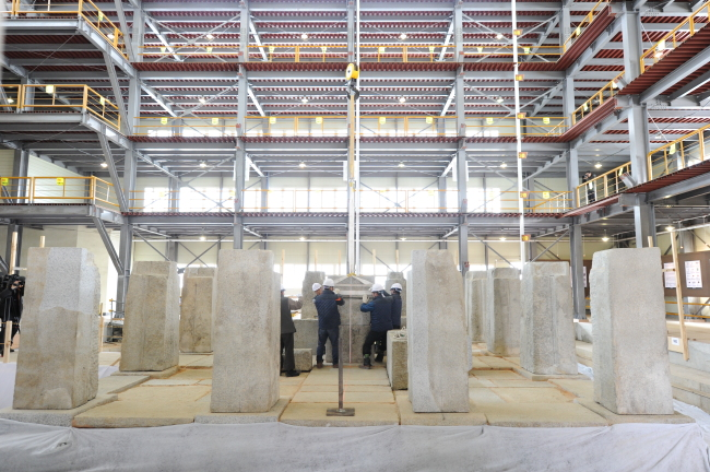 Stone pillars that form the first level of the pagoda are erected. (Cultural Heritage Administration)