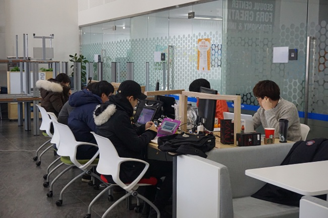 This file photo shows members of start-up companies at the Seoul Center for Creative Economy and Innovation working to realize their dream.