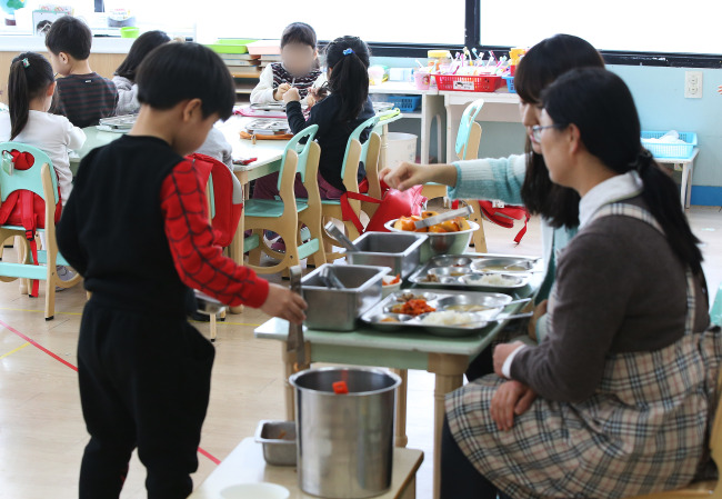 Children have lunch Monday at a kindergarten in Suwon, Gyeonggi Province. (Yonhap)
