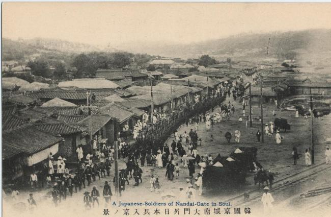 Japanese soldiers march in front of Sungnyemun Gate. (Seoul Museum of History)