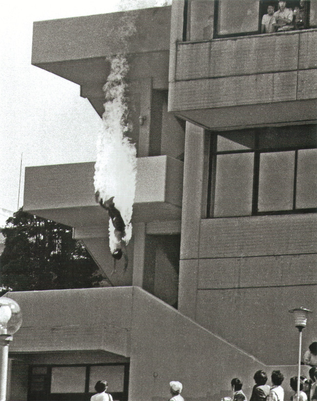 A Seoul National University student jumps off a school building after setting himself on fire in protest against the authoritarian Chun Doo-hwan government in this photo taken May 20, 1986. (Kwon Joo-hoon)