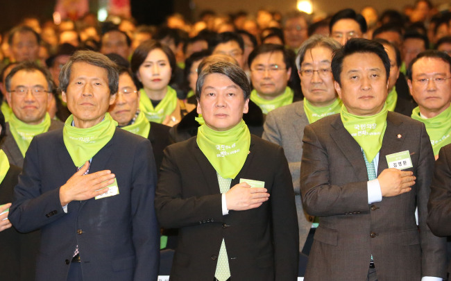 Rep. Ahn-soo(right) attends the convention for his new political group. Yonhap