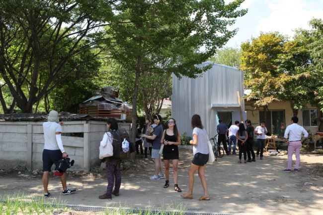 Visitors walk around the Yangji-ri Residency, a remodeled house open to Korean and foreign artists in the border town of Yangji-ri in Gangwon Province near the Demilitarized Zone. (The Real DMZ Project)