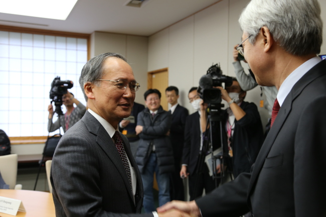 Korean Deputy Foreign Minister Lee Tae-ho (right) meets his Japanese counterpart Yasumasa Nagamine in Tokyo on Tuesday. (Yonhap)