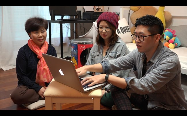 "Jeon Je-woo (right) and his wife Park Mi-young (center) present their plans to Park's mother in Do You-jin's ""One Way Ticket"" documentary. (Do You-jin)"