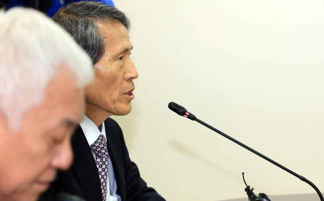 Han Sang-jin, cochair of the People's Party's preparatory committee, delivers a statement on his controversial remarks regarding former President Syngman Rhee during a party meeting in Seoul on Sunday. Yonhap