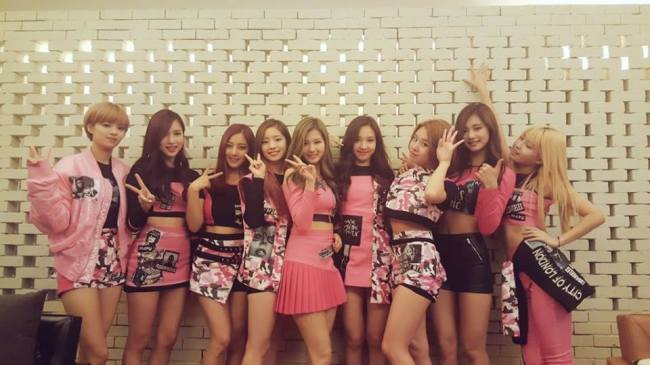 Tzuyu (second from right) poses with her K-pop girl group Twice. (Official Facebook)