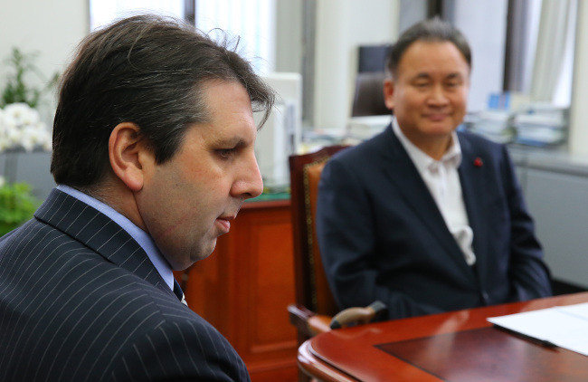U.S. Ambassador to Korea Mark Lippert sits for talks with Rep. Lee Sang-min (right), chairman of the parliamentary judiciary committee, over bills concerning the opening of the legal market at the National Assembly on Monday. Yonhap