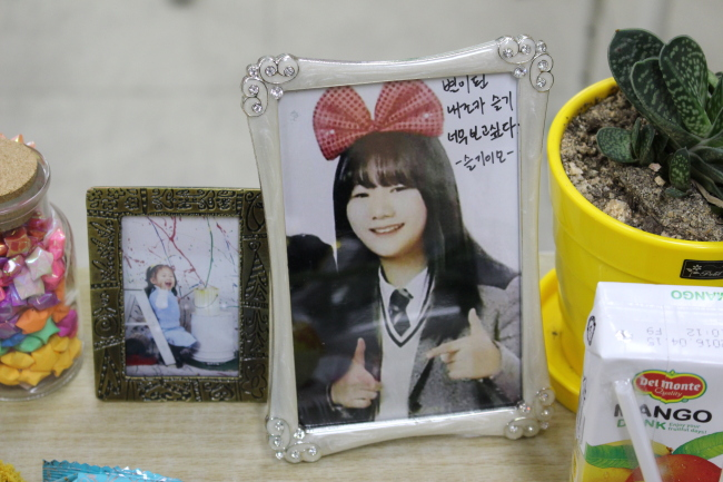 A photo of Kim Seul-gi, one of the student victims is laid on her desk in her classroom at Danwon High School. (Yoon Min-sik/The Korea Herald)