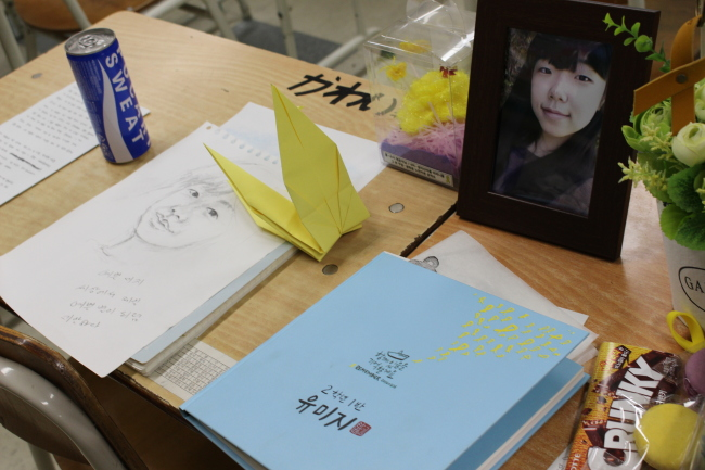A photo of Yoo Mi-ji, one of student victims, is laid on her desk. (Yoon Min-sik/The Korea Herald)