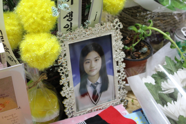 A photo of Heo Da-yun, who remains missing after the Sewol accident, is laid on her desk. (Yoon Min-sik/The Korea Herald)