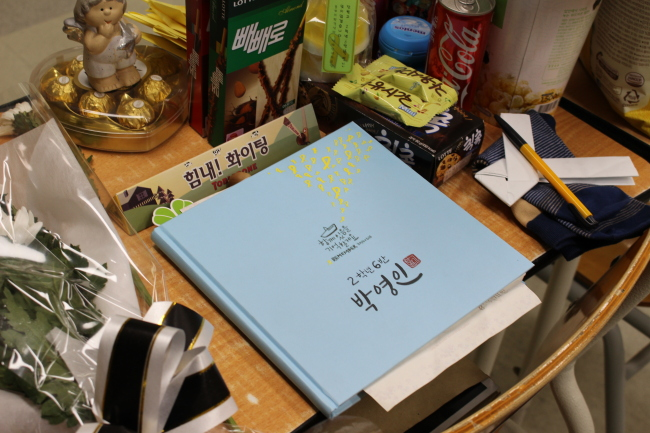 A pile of gifts from visitors and letters are laid on the desk of Park Yeong-in, who remains missing from the Sewol accident. (Yoon Min-sik/The Korea Herald)