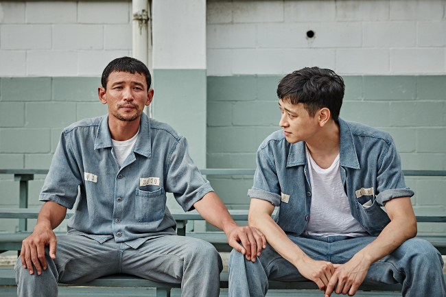 "Scene ""A Violent Prosecutor,"" starring Hwang Jung-min (left) and Gang Dong-won. (Showbox)"
